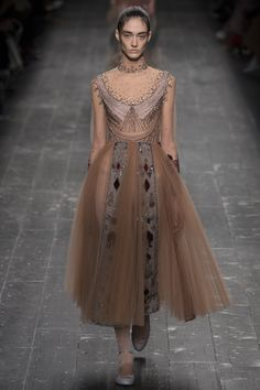 Valentino Fall 2016 Ready-to-Wear Collection Photos - Vogue Fashion Week Paris, Runway Fashion, High Fashion, Fashion Show, Fashion Design, Winter Fashion, Women's Fashion, Fashion Trends, Ellie Saab