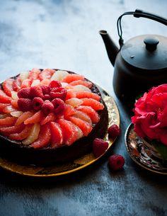 Tarta de chocolate, pomelo y frambuesas para celiacos