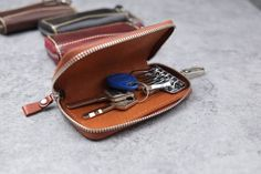 leather key case/holder with zipper openingbuckle от Leather Key Holder, Leather Key Case, Leather Crafting, Guys Be Like, Keychains, Belts, Zip Around Wallet, Coin Purse, Scrap