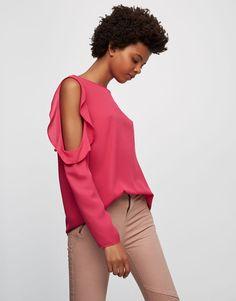 Blusa com folho e ombros descobertos - Blusas e camisas - Vestuário - Mulher - PULL&BEAR Portugal