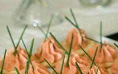 Mousse al salmone - Ecco per voi la ricetta per fare una deliziosa mousse al salmone, un antipasto buonissimo e molto semplice in cui useremo il salmone fresco, quello affumicato e anche le uova di salmone.