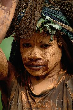 Dani tribeswoman in mourning, Irian Jaya Makes You Beautiful, Beautiful People, Melanesian People, Shaman Ritual, People Around The World, Around The Worlds, West Papua, Landscaping Images, Papua New Guinea