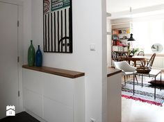 Pomysły na przedpokój w bloku. Aranżacja małego przedpokoju - Homebook.pl Ikea Small Apartment, Small Apartments, Entry Nook, Modern Entryway, Small Entryways, Minimalist Apartment, House Entrance, Ceiling Design, Decoration
