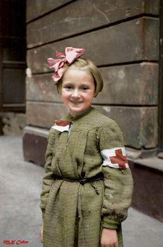 Jedno z najsłynniejszych zdjęć z Powstania Warszawskiego . Różyczka Goździewska - ośmioletnia sanitariuszka , dziecko, które ratowało życie innym. Pomagała w szpitalu polowym kompanii 'Koszta' w kamienicy przy Moniuszki 11. Dzięki jej wysiłkom uratowano życie wielu osób.  Różyczka przeżyła wojnę. Po jej zakończeniu mieszkała we Francji, gdzie zmarła w 1989 r.   w wieku 53 lat. Autor : Eugeniusz Lokajski Brok.Muzeum Powstania Warszawskiego - z profilu Mikołaj Kaczmarek - Kolor Historii