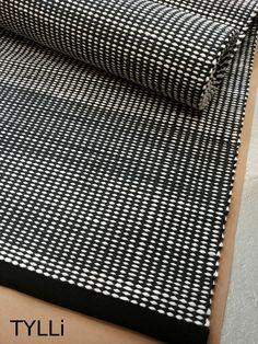 Tämä Lokki-matto lehahti uuteen kotiinsa jo viime viikolla. Kokoa tällä matolla on noin 85x370cm ja se on kudottu mustasta ja valkoises...
