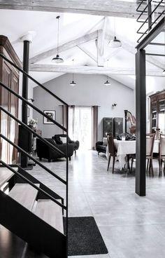 Escalier en métal, poutres apparentes, beaux volumes... L'esprit d'atelier règne dans ce grand loft ! Plus de photos sur Côté Maison http://petitlien.fr/7rj6