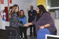 Doña Letizia recibe el saludo de una de las trabajadoras de UNICEF España Sede central de UNICEF España. Madrid, 16.03.2015