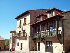 SANTILLANA DEL MAR, CANTABRIA, SPAIN En la casa de la derecha nos hospedamos cuando estuvimos en Santillana