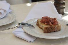 Bruschetta: Brot mit Olivenöl und unserer Tomatenmischung. Yummy