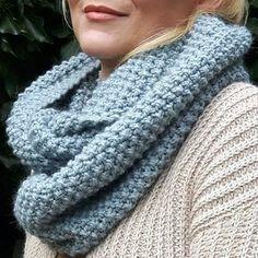 Lækkert chunky halstørklæde i perlestrik. Dejligt varmt og blødt. Du kan finde den gratis opskrift på www.luksuskrea.dk #strikkeopskrift #strikkethalstørklæde #strikkettørklæde #perlestrik #perlestrikk #gratisstrikkeopskrift #nemstrik #nemstrikpåstorepinde #luksuskrea Crochet Pattern, Knitting Patterns, Knit Crochet, Ripple Afghan, Drops Design, Chic Outfits, Scrunchies, Hue, Mittens