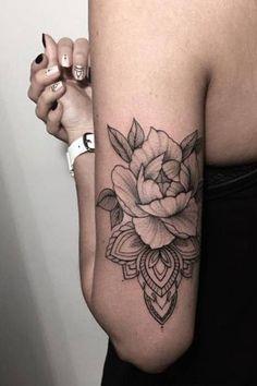 Soyez inspirée avec ce tatoo : Tatouage femme mandala avec fleur pivoine derriere et haut du bras. Retrouvez tous les modèles, significations de motifs sur tatouagefemme.eu