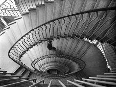 Veduta dello scalone presso La Rinascente a Roma - progetto di Franco Albini e Franca Helg, 1962  © Università IUAV di Venezia  Archivio Progetti - Fondo Casali