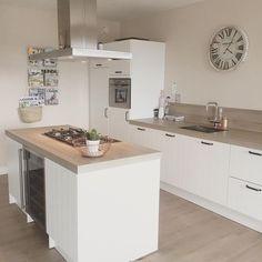 Moderne witte keuken met concrete look keukenblad.