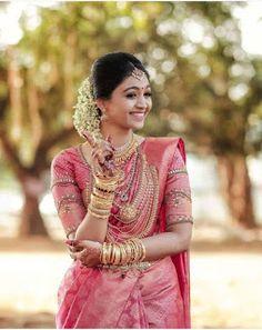 Ideas for indian bridal sari hindus Kerala Hindu Bride, Kerala Wedding Saree, South Indian Wedding Saree, Indian Bridal Sarees, Wedding Silk Saree, Indian Bridal Outfits, Kerala Saree, Indian Bridal Fashion, Indian Bridal Wear