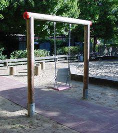 """Statt der einfachen """"Baumarktschaukeln"""" wünschen Sie sich eine besonders hochwertige, sichere und haltbare Schaukel für Ihre Kinder? Dann ist diese einsitzige Schaukel genau das Richtige für Sie.  In Spielplatz-Qualität und gemacht für den täglichen Dauereinsatz."""