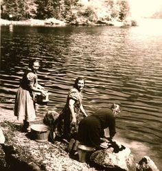 Le #donne del paese l'#estate in #vacanza al #LagodiTovel... Lavaggio dei panni sulla #riva del #lagorosso!