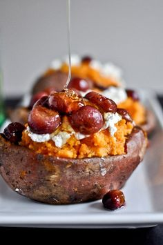 Roasted Grape, Goat Cheese + Honey Stuffed Sweet Potatoes I the honey sounds delicious! but I would opt out and have the roasted grapes and goat cheese I Love Food, Good Food, Yummy Food, Delicious Recipes, Gula, Le Diner, Goat Cheese, Chocolates, Sweet Potato