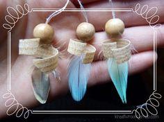 Diese kleinen zarten Engel tragen Kleider aus Wellensittich-Federn. Links: Sie sind zusammengesetzt aus verschiedenen Perlen und Golddraht. Rechts: Der Oberkörper besteht aus einer Holzperle und Sägespäne.
