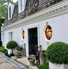 When it comes to white houses, what would you choose: brick or wood? Check out our ten favorite white houses with incredible curb appeal. Brick Design, Exterior Design, Villa, House Entrance, Outdoor Living, Outdoor Decor, White Houses, House Front, Interiores Design