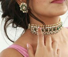 Polki Diamond Emerald Choker with Large Studs Small Pearl Necklace, Indian Necklace, Gold Necklaces, Necklace Set, New Gold Jewellery Designs, Gold Jewelry Simple, India Jewelry, Gold Set, Pendant Earrings