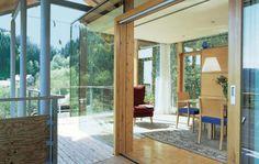 house 01 b  Balkonkragen legt sich ums neue Esszimmer. Integrierte gläserne Fenster bieten ein weites, offenes Blickfeld.