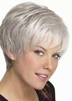 Plus besoin de cacher vos cheveux gris, ils sont à la mode et ils sont de toute beauté dans ces nouvelles coupes!