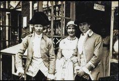 """Amsterdam. De Bloem van Zaandijk, toneelstuk uit 1894. Opvoering van het Bruidsstuk in Amsterdam in klederdracht in 1913. Tbv tentoonstelling """"De vrouw 1813-1913"""". De vrouwen droegen een wagd, (bovenjurk) van zijde-damast met een omtrek van zes meter, snoerden zij hun bovenlichaam met een rijglijf in en hadden zij op het hoofd een kap die bestond uit twee ondermutsen, een bovenmuts en oorijzers (gouden of zilveren banden van circa zeven centimeter breed). Zaans Archief #NoordHolland…"""