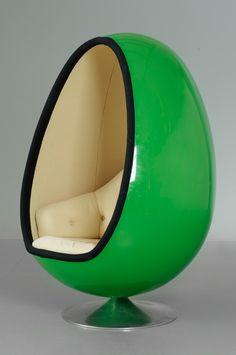 """HENRIK THOR-LARSEN, fåtölj, """"Ovalia"""", för Torlan, Staffanstorp, 1960-70-tal. Grönlackerat glasfiberskal, beige klädsel, rund fot av blankpolerad aluminium. Höjd ca 130 cm."""