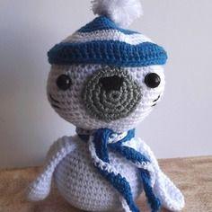 Phoque blanc et bleu au crochet amigurumi