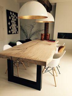 Luminárias com cores invertidas (a parte de fora mais sóbria do que a de dentro, mais chamativa) são uma tendência linda e infalível. Podem ser usadas em vários tipos de ambiente. A mesa em madeira irregular traz charme e sensação de aconchego ao ambiente.