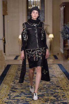 O desfile Métiers d'Art desse ano da Chanel está diferente – esses desfiles de pré outono-inverno sempre rolavam em outras cidades pelo mundo, mas dessa vez Karl Lagerfeld decidiu voltar a Paris, no recém-reinaugurado Ritz Hotel, lugar que Coco Chanel viveu nos últimos 30 anos de vida