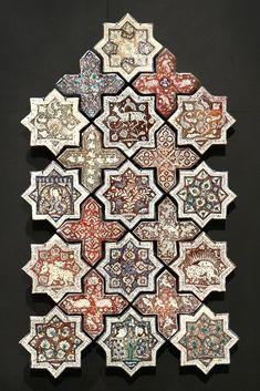 Etoiles et croix de revêtement Céramique, décor de lustre métallique Iran, 665 H. / 1266-1267