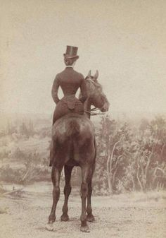 22 Amazing Vintage Photographs of Women Riding Side-Saddle from the Victorian Era no wonder these ladies were always fainting.they were so corseted they couldn't breathe Vintage Abbildungen, Photo Vintage, Vintage Horse, Vintage Ladies, Vintage Woman, Vintage Pictures, Old Pictures, Old Photos, Victorian Photos