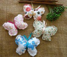 Sachês borboletas de tecido, confeccionadas em tecido de algodão com enchimento de fibra siliconada e sagu aromatizado <br> <br>Brinde: Tag personalizada, saquinho e fitinha. <br>Formato 10x8 cm <br>Tecidos a combinar ou sortidos <br> <br>Aromas a combinar