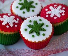 Sweet Christmas Cupcakes Ideas For Kids Mini Christmas Cakes, Christmas Cake Designs, Christmas Cake Decorations, Christmas Sweets, Christmas Baking, Christmas Cookies, Christmas Snowflakes, Simple Christmas, Christmas Recipes