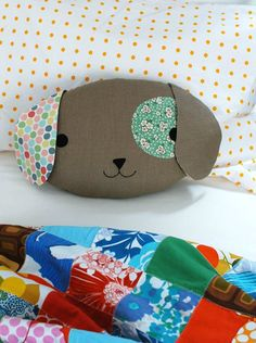 Puppy pillow, found on : http://craft.tutsplus.com/tutorials/sewing/sew-a-cute-puppy-pillow-softie/