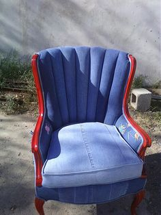loving the different hues of blue on the back - and the recycled blue jeans :)I love this recycle old jeans and an old chair, Give both a new life. Jean Crafts, Denim Crafts, Denim Furniture, Jeans Recycling, Denim Ideas, Recycled Denim, Cool Chairs, Decoration, Living Room