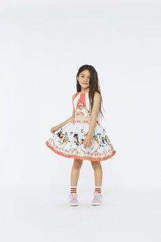 Bunte Kinderkleidung von Molo bei Hasel und Gretel. Die dänische Marke produziert ausschlie�lich nachhaltig aus Biobaumwolle Young Fashion, Kids Fashion, Kind Mode, Cute Kids, Bunt, Kids Outfits, Girls Dresses, Spring Summer, Stark