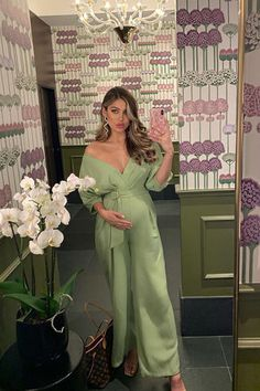 If you're attending a wedding or evening event soon these cute maternity dresses will make you feel glam and gorgeous. Maternity Dresses For Photoshoot, Cute Maternity Outfits, Stylish Maternity, Pregnancy Outfits, Maternity Wear, Maternity Fashion, Pregnacy Fashion, Pretty Pregnant, Pregnancy Looks
