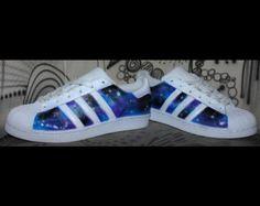 5166bd061 Artículos similares a Adidas Superstar personalizado para hombres y mujeres,  Adidas personalizado pintado a mano diseño floral, tamaños Unisex, ...