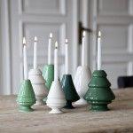 Avvento-lysestager til juletræslys på træbord i hvide og grønne nuancer