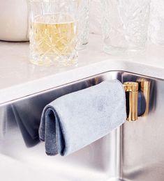 UN SITIO PARA  CADA COSA ¿Dónde dejar la bayeta? Por estética e higiene, conviene reservar un sitio especial para ella: limpio y disimulado. Este soporte magnético para colocar en el fregadero nos lo pone fácil.