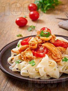 Паста папарделе с бяло пилешко месо и доматен сос