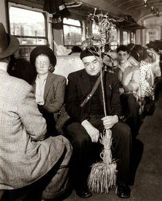 In the métro , Paris 1955 - Robert Doisneau Robert Doisneau, Black And White Portraits, Black White Photos, Black And White Photography, Marc Riboud, Henri Cartier Bresson, Stephen Shore, Old Paris, Vintage Paris