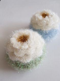 아이리쉬로즈 크로셰 수세미~ 유튜브 영상보고 똑같이 꽃 만들고 뒤에 호빵만 붙였어요 꽃잎이 사이사이 들...