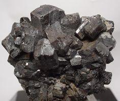 Braunit  Mn 2+ Mn 6 3+ SiO12 9.AG.05   9: SILIKATE (Germanate)  A: Nesosilikate  G: Nesosilikate mit zusätzlichen Anionen; Kationen in> [6] + - [6] Koordination N'Chwaning Minen, Kuruman, Kalahari Manganfeld, Nordkap-Provinz, Südafrika