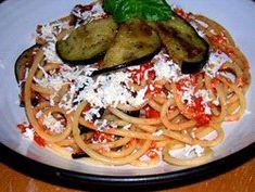 Pasta alla Norma per 8 persone ◦800 g di spaghetti ◦Kg. 1 di pomodoro per salsa ◦N. 4 melanzane ◦N.1 mazzetto di basilico ◦N.2 spicchi d'aglio ◦Ricotta salata abbondante ◦Olio, sale, pepe