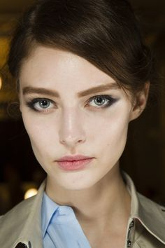 Giorgio Armani Prive / Skin was made to look lighter than models's natural tone, whilst brows were strong and filled-in. Lips were stained a sheer red. Giorgio Armani, Armani Prive, Dark Smokey Eye, Retro Makeup, Runway Makeup, Portraits, Pale Skin, Shows, Paris