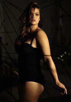 De dames, waaronder top plus-size model Robyn Lawley poseerden topless en halfnaakt in bevallige poses.