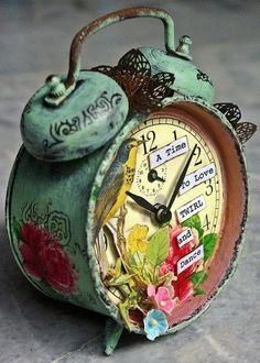 Bello despertador de doble campanilla de latón decorado con aves y flores.